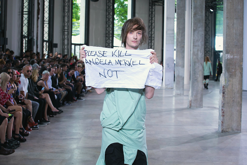 Протест «Please Kill Angela Merkel Not» на показе Rick Owens SS 2016