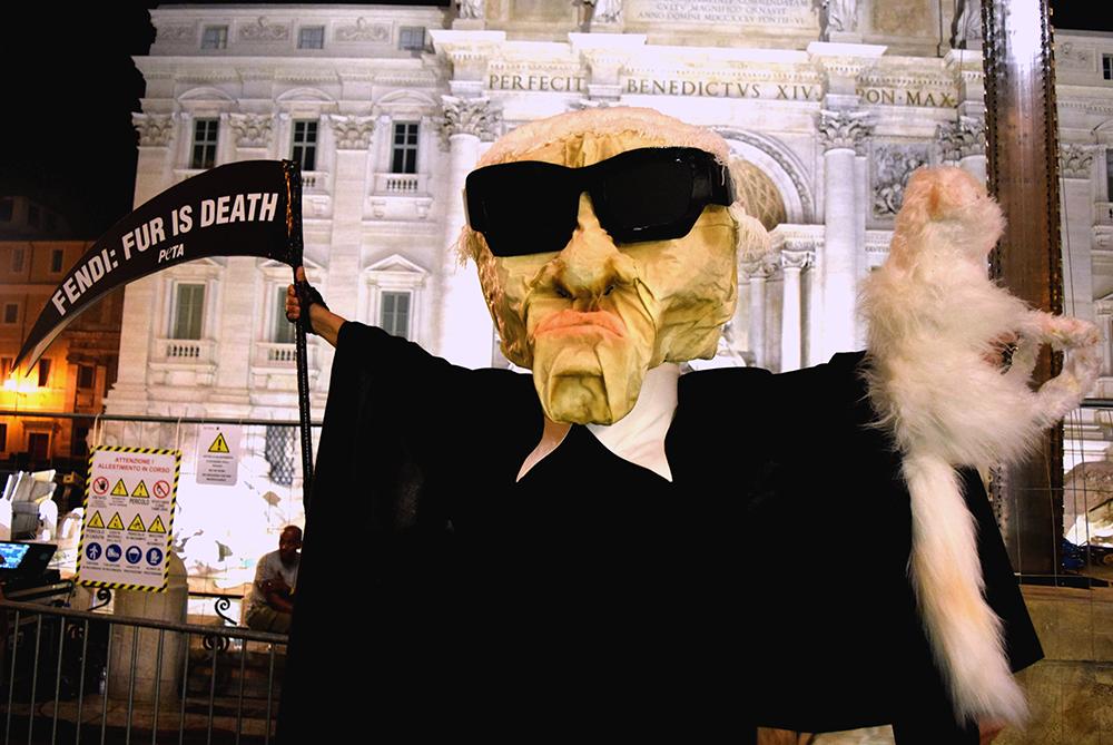 Протесты на показах: фигура Карла Лагерфельда на показе Fendi FW 2016