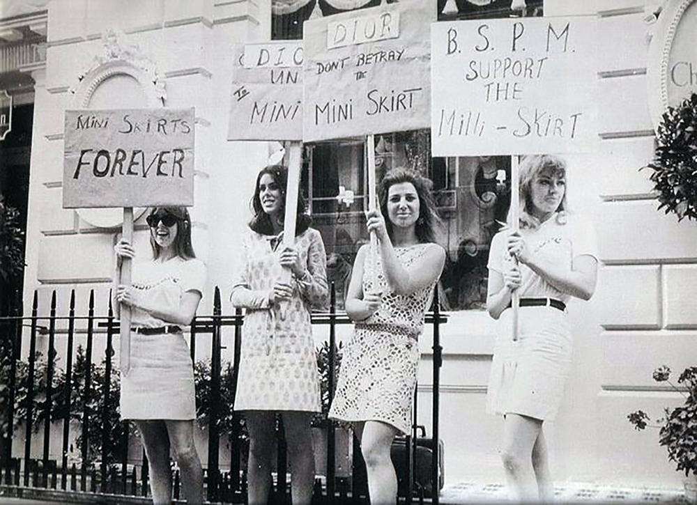 Протесты на показах - протест за мини-юбки на показе Christian Dior 1966