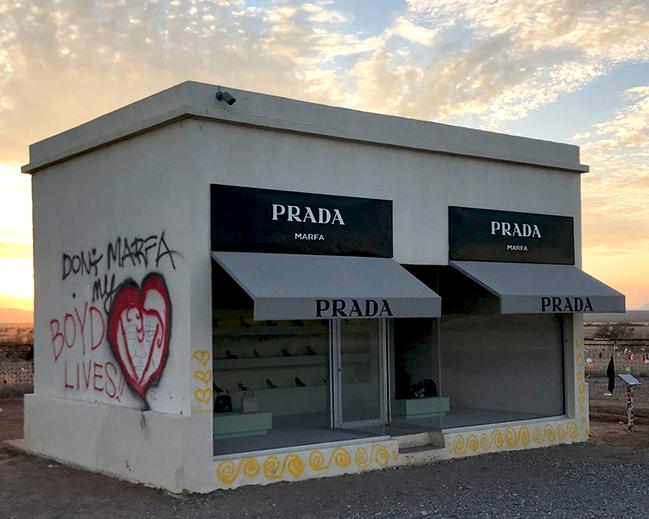 Вандализм Prada Marfa