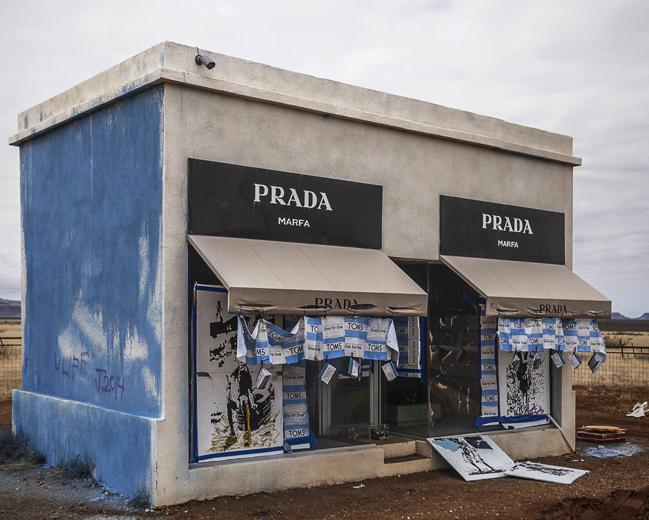 Вандализм Prada Marfa в 2014 году