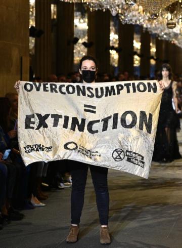 Показ Louis Vuitton прервала эко-активистка
