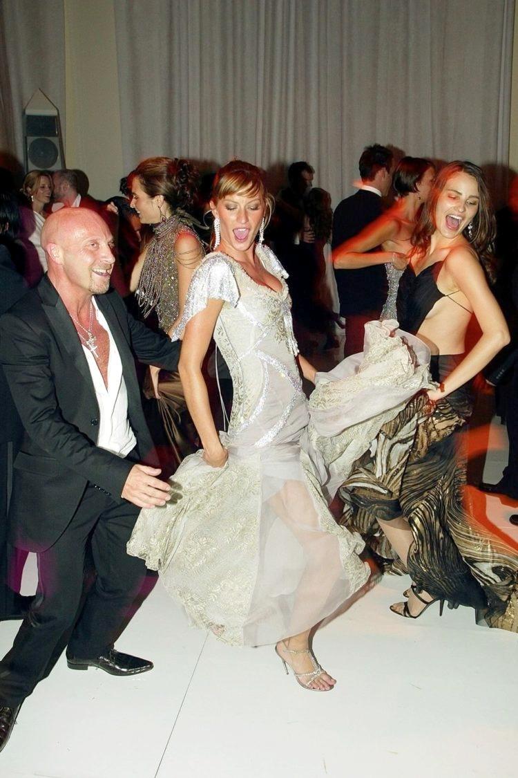 Met Gala 2003: «Goddess: The Classical Mode» Жизель Бюндхен и Доменико Дольче